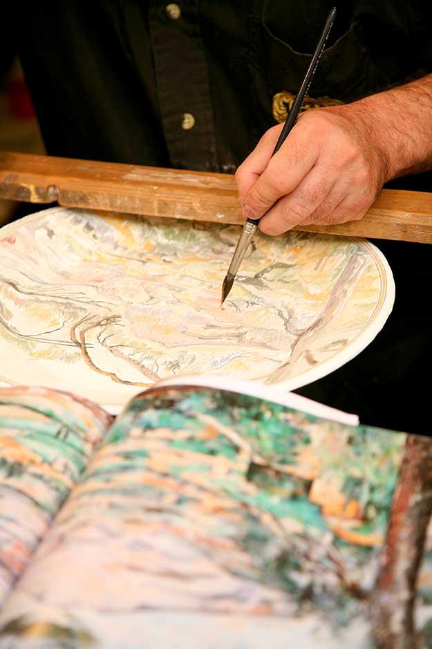 עצרנו להציץ בסטודיו של אמן מקומיים, המצייר על קרמיקה ציורים בהשראת המקום