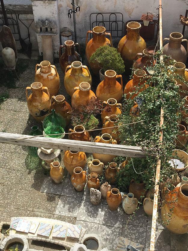 כדים עתיקים בחצר