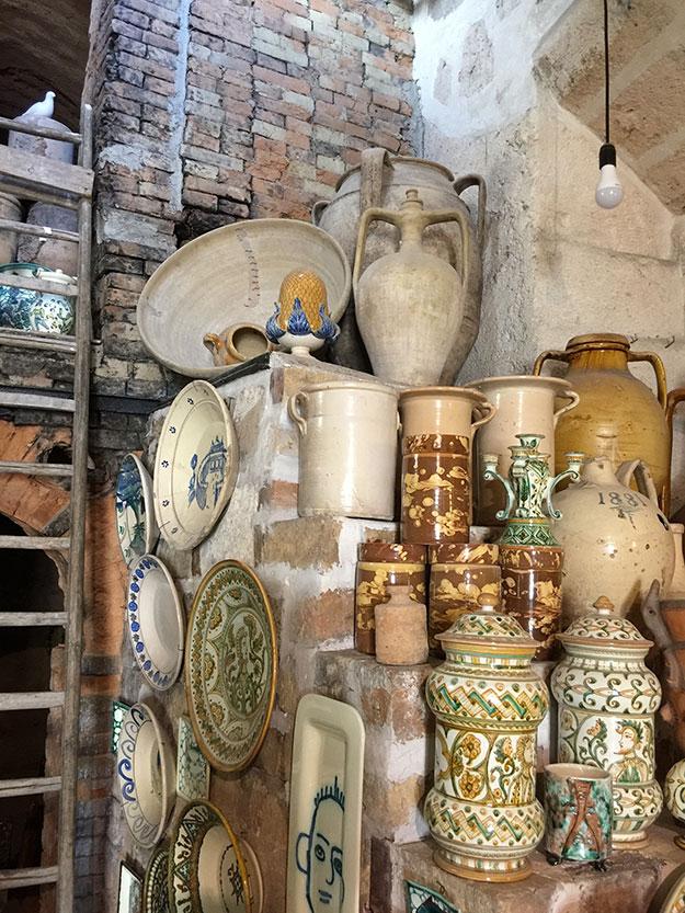 צלחות עתיקות בשוק הפשפשים