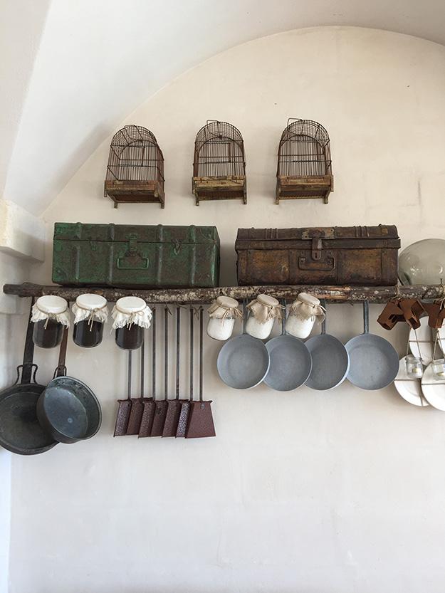 . כמו רבים מהבתים בפוליה, גוונים רכים נבחרו לעיצוב פנים. שימוש בפריטים דקורטיביים שהם חלק מחיי חווה חקלאית