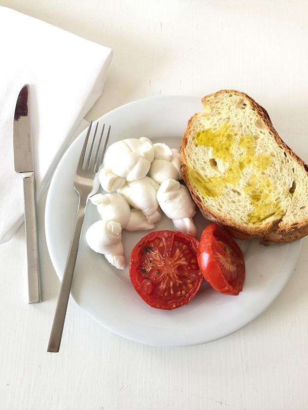 בייבי מוצרלה ופרושוטו התחלה נהדרת לארוחת בקר בסגנון פוליה
