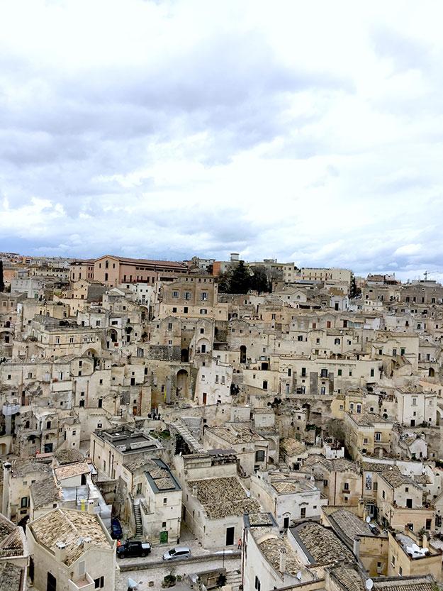 מטרה - בתי אבן, כנסיות ומבני העיר כולם כאילו נשתלו בתוך הסלעים, צפופים וצמודים זה