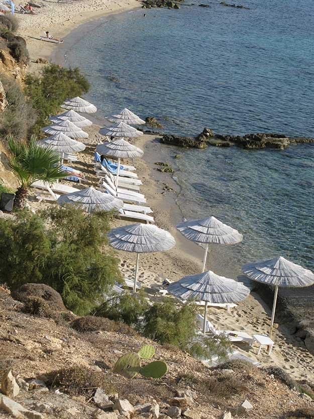 חוף עם שימשיות לבנות במיקונוס