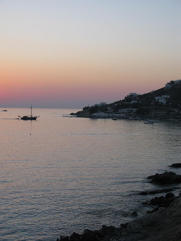 כשהלילה יורד מסעדת ספליה בחוף אגייה אנה, הופכת כמו לתפאורה של סרט. הצוקים נשטפים בגוון ורוד כתום בזמן השקיעה