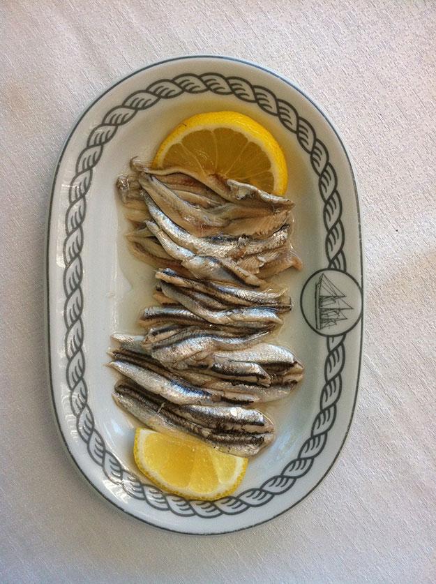 פרינסיפוטה תפריט יווני ים תיכוני עשיר בגדים ופירות ים