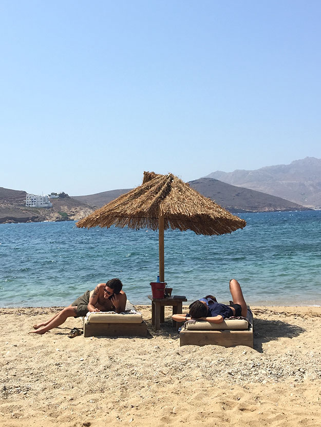 אלמגאו חוף פטלייה, החוף הזה הוא כמו סיני במיקונוס, פלוס מסעדת חוף ובר מפנקים