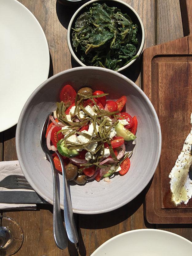 מתחילים את הארוחה עם שלל מזטים וסלט יווני משובח