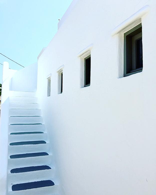 צבעים של כחול ולבן במיקונוס