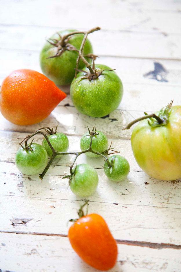 טארט קייצי ומשמח של עגבניות עסיסיות על בצק עלים עם ריקוטה ובזיליקום