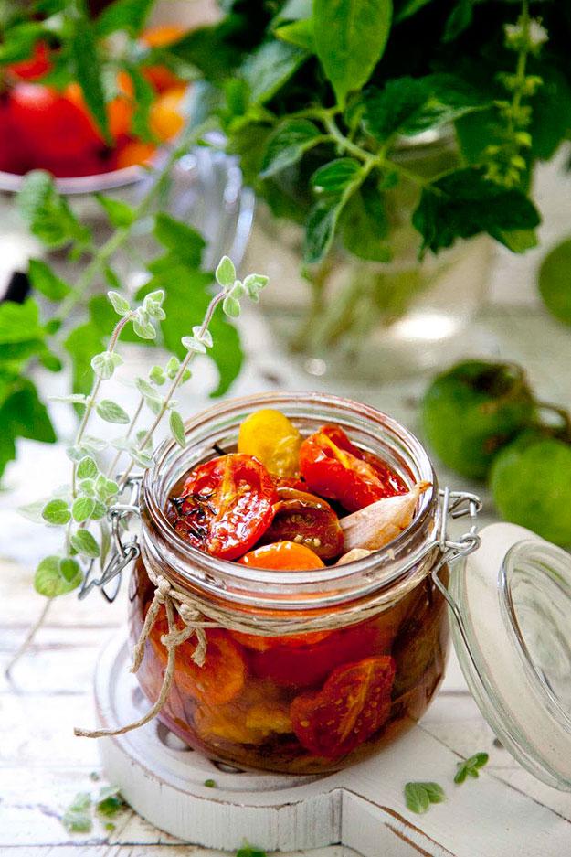 צנצנת של עגבניות קונפי משומרות עם שום ושמן זית