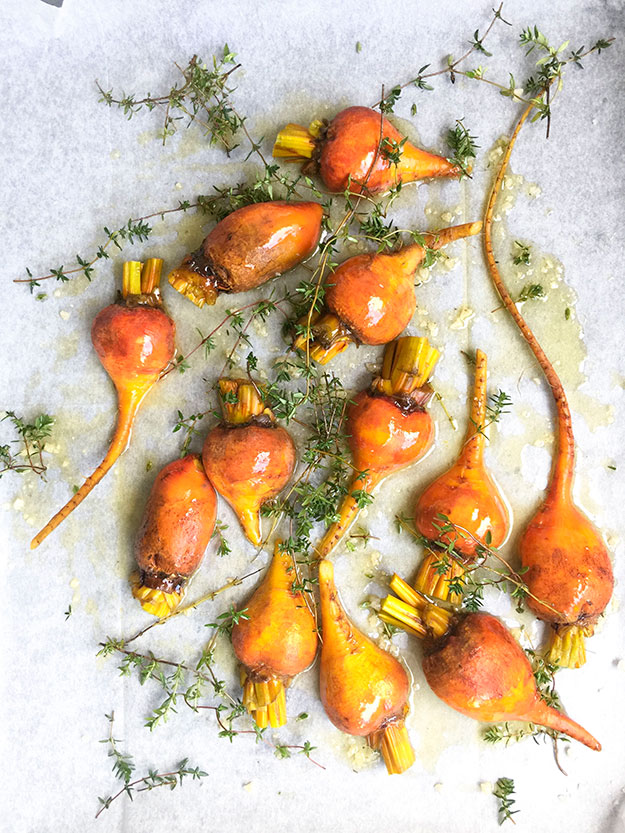 אימצתי את שיטת הצלייה הזאת של ירקות שורש, ממתכון הבטטות הצלויות הכי טעימות בעולם, של עוז תלם.