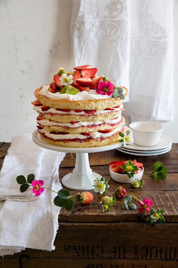 ואפשר גם לאפות עוגה גבוהה וחגיגית והמון תותים כמו העוגה היפיפה של קלי מגר