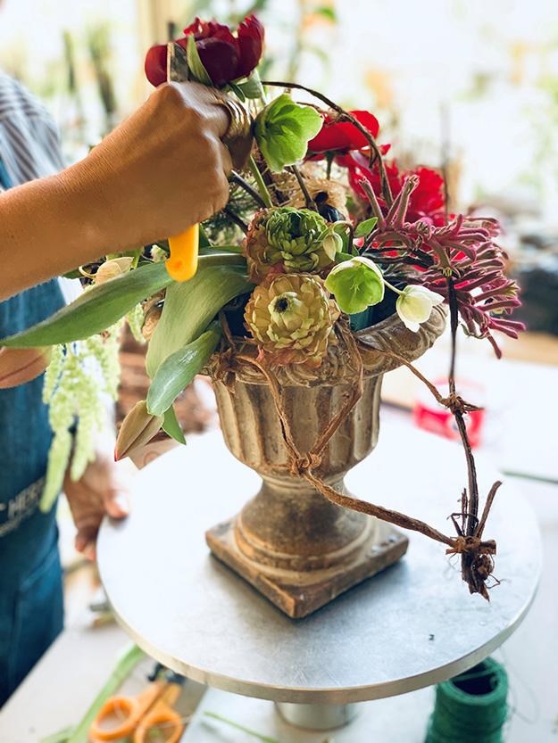 אורית מדגינה איך להציב את הפרחים בתוך הכד