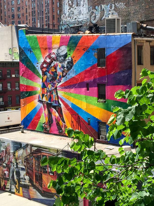 בבקר כיף להתחיל בהליכה, בפארק High Line Park המרחף בין הבניינים