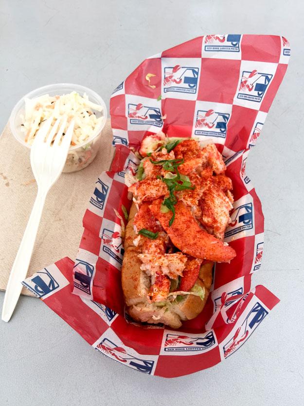 לובסטר רול בלחמניית Hot Dog וסלט קולסלאו