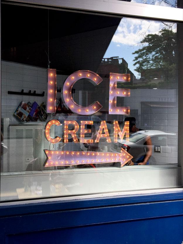 דוכן הגלידה במעדנייה החדשה של הקונדיטור דומיניק אנסל