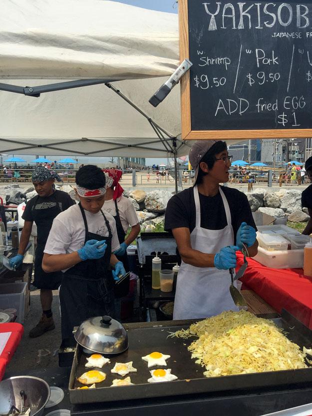 דוכן אסיאתי בשוק האוכל סמורגסבורג בברוקלין ניו יורק
