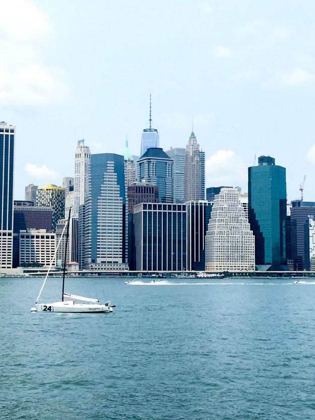 נוף ניו יורקי אייקוני מהטיילת בברוקלין