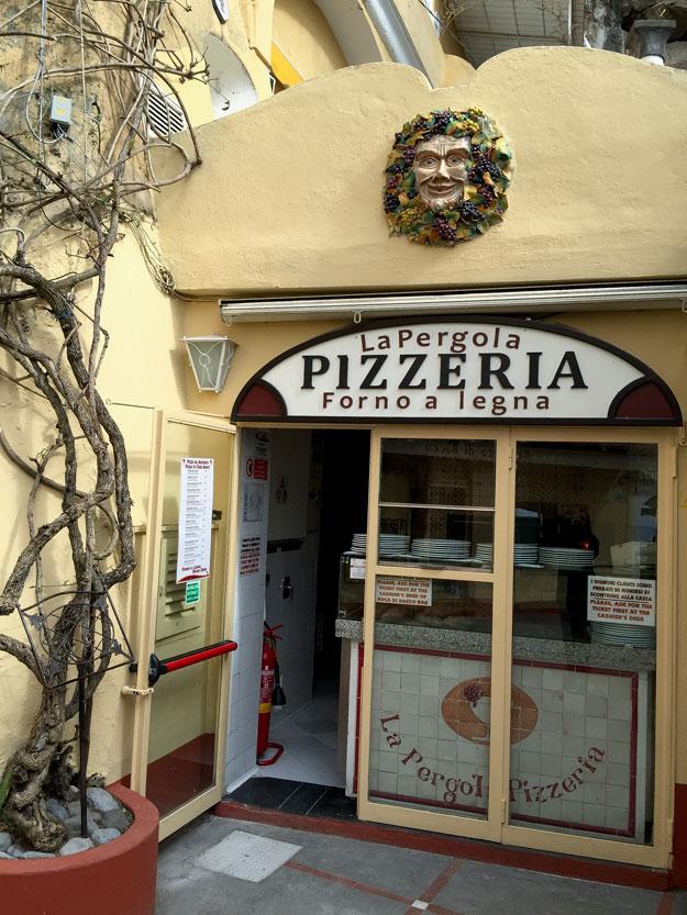 הפיצריה לה פרגולה, של מסעדה בר Buca di Bacco Bar בחוף המרכזי של פוזיטנו