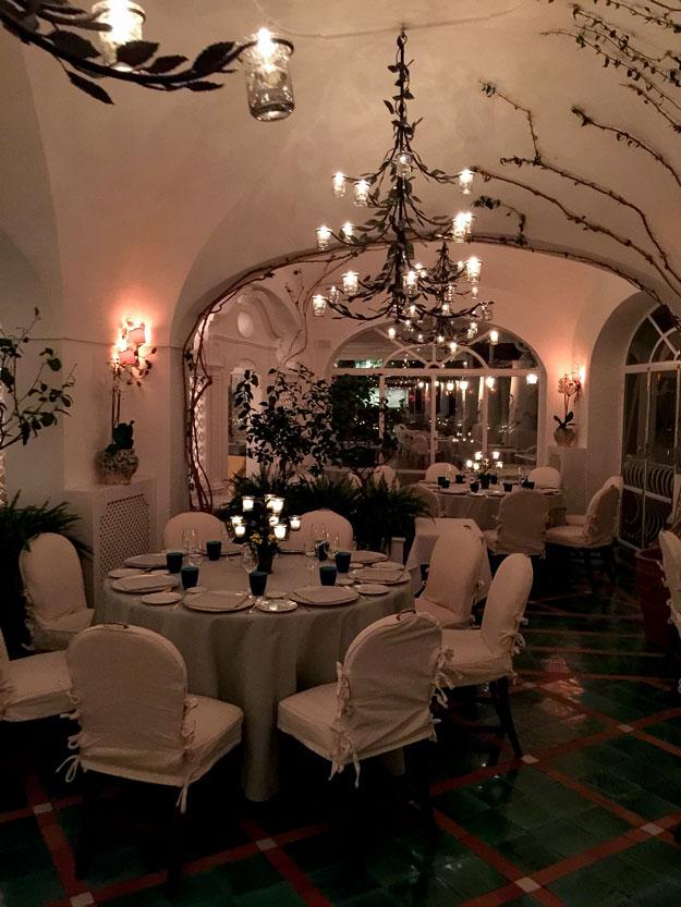 La Sponda כשהערב ירד, זהרה המסעדה באור מנצנץ של 400 נרות. אנחנו נסחפנו לקיטש הרומנטי
