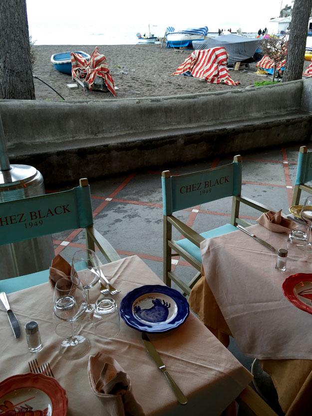 Chez Black מסעדת חוף נהדרת, שנראית אולי כמו מלכודת לתיירים, אבל היא ממש לא כזאת