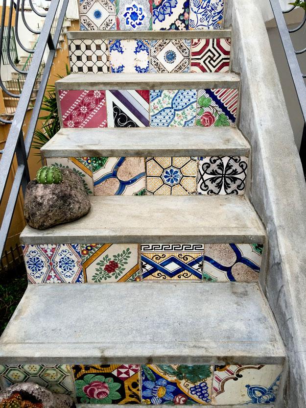 מדרגות מעוטרות באריחים צבעוניים