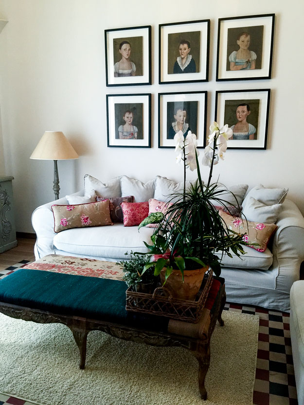 פינת הסבה בחדר בסגנון המזכיר את בית ילדותה של סנדרה