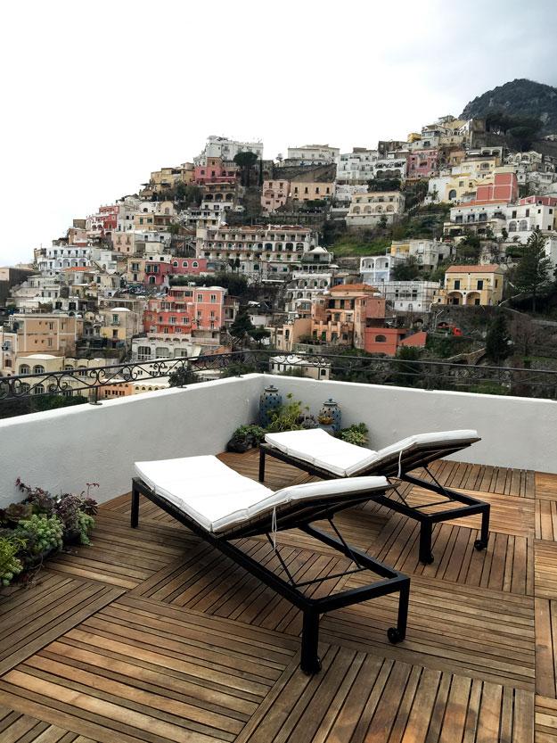 מרפסת עם נוף הבתים הצבעונים בפוזיטנו