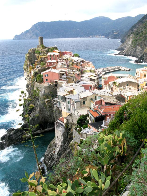 קורנליה, נגלית למטייל כמחזה בלתי יאומן, הבתים הצבעוניים פרושים על צוק שנראה כמו מרפסת תלויה על הים.