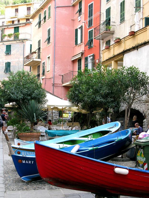 סירות דייגים חונות ברחובות.