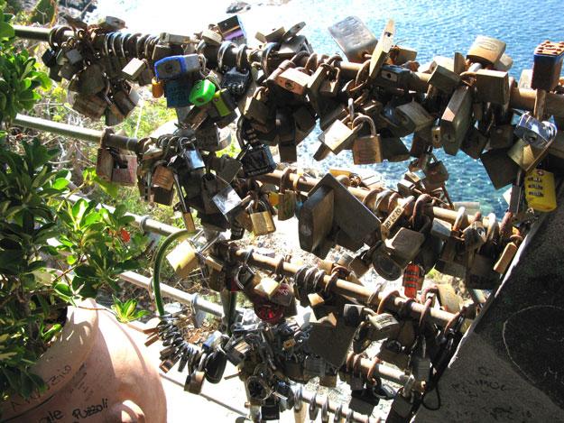 """מסורת רומנטית, זוגות תולים על הגדר ב""""שביל האוהבים"""", מנעולים וזורקים את המפתח לים."""