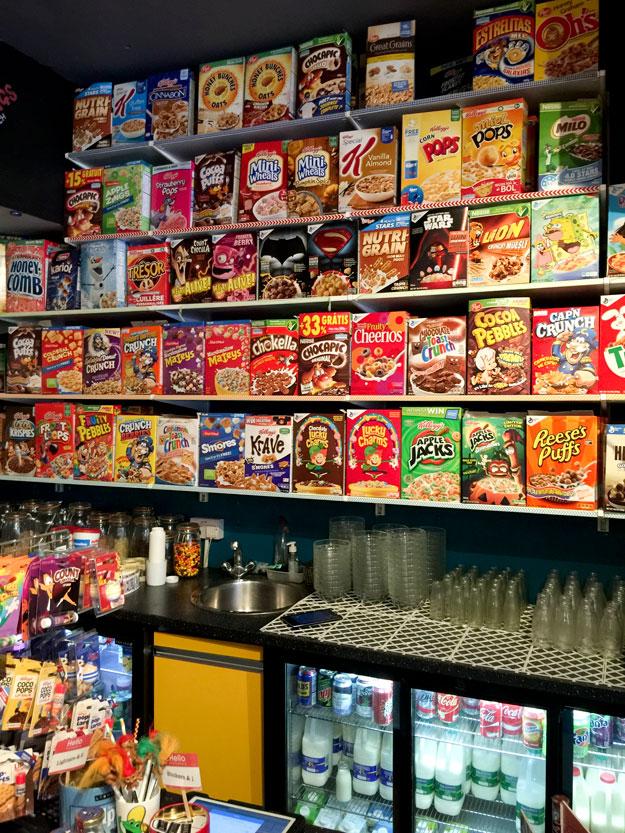 אוסף מרשים של דגני בוקר המוגשים עם חלב תכלת וסוכריות צבעוניות בקפה סריאל קילר
