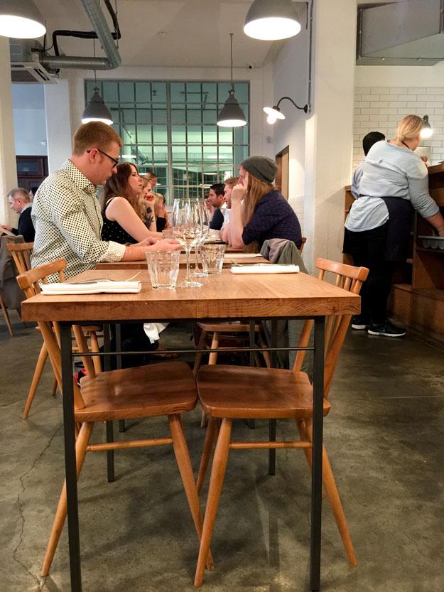 במסעדה עיצוב תעשייתי פשוט חף מפוזה