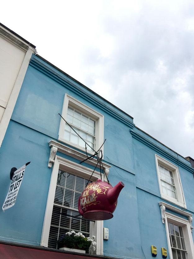 שוק פורטובלו, השוק המפורסם בשכונת נוטינג היל, עובר ברחוב ציורי ממוסגר משני צידיו בבתים צבעוניים