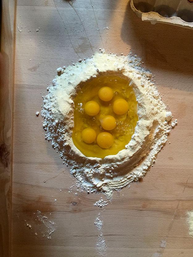 הסדנא מתחילה בהכנת פסטה בעבודת יד כמובן