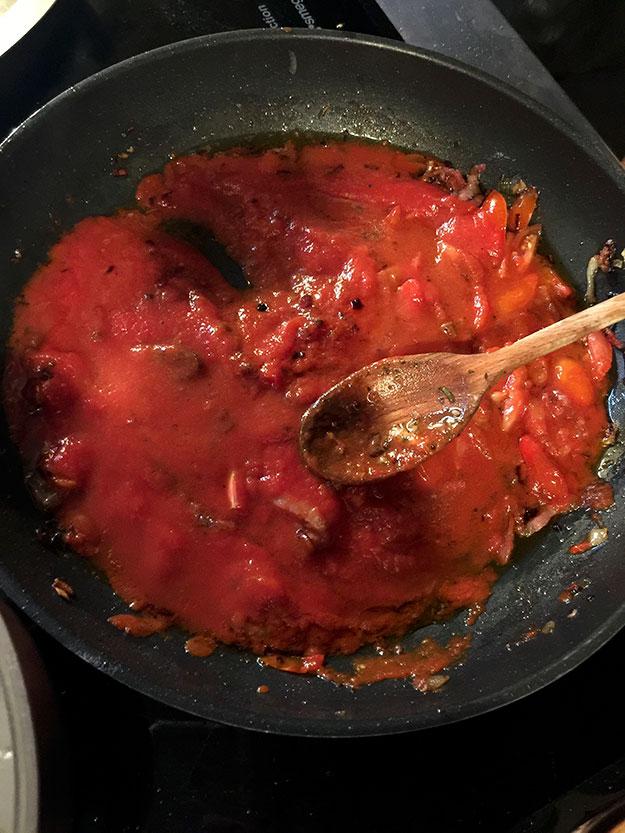 רוטב עגבניות, פנצ'טה, שום ומרווה לפסטה הטריה שהכנו