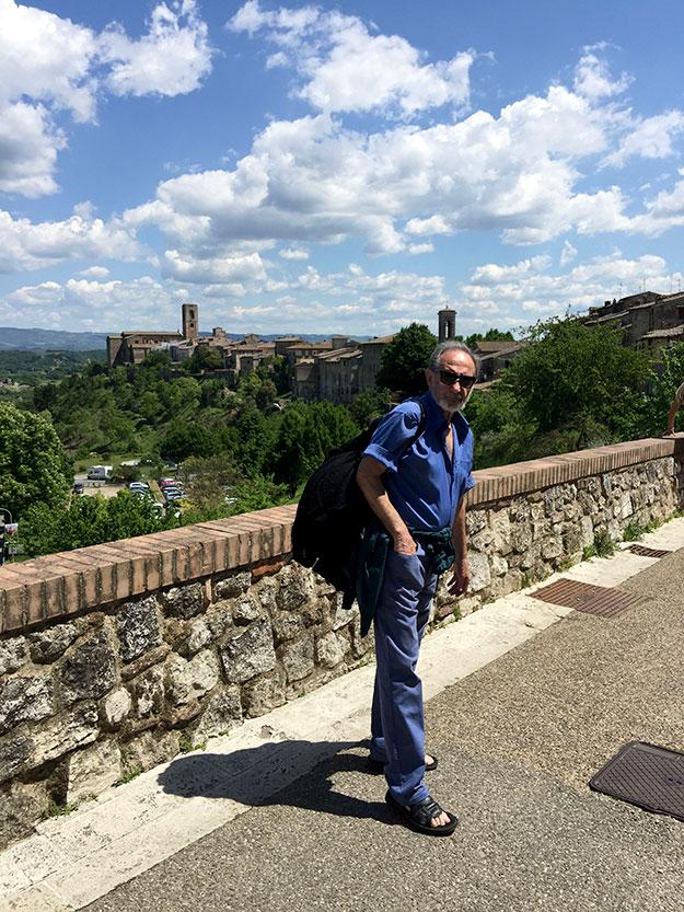 אבא שלי מטייל בעיירה קולה ואל ד'אלסה, Colle val d'Elsa , הנוף מרשים במיוחד, כאילו נלקח מסרט אבירים. משקיף על חומות אבנים עתיקה וגגות רעפים אדומים