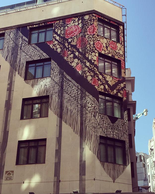 ציור של מטפחת על בניין בית מלון