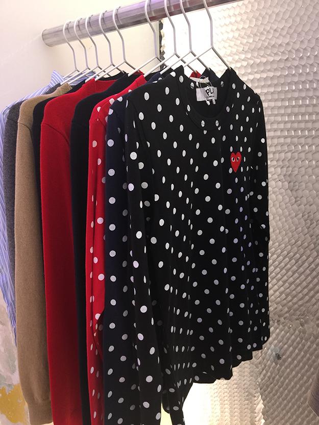 חולצות טי תלויות בחנות במדריד