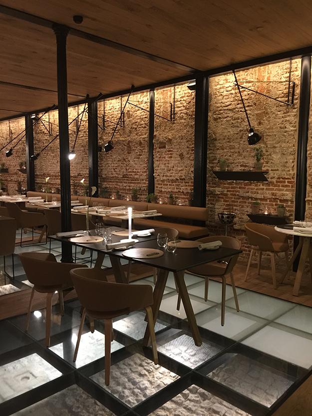 עיצוב פנים ספון עץ ואריחי טרה קוטה במסעדה