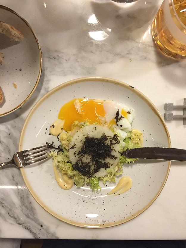 סלט עם ביצה עלומה וכמהין