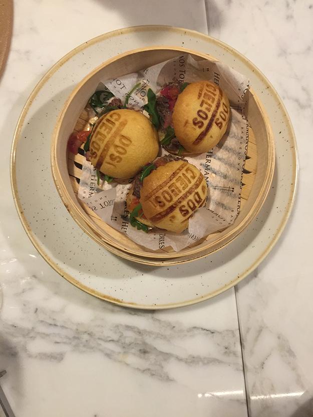 ארוחת טעימות במסעדת האחים טורס, מנה ראשונה של רביולי לובסטר בציר זעפרן, חכו יש עוד מנות