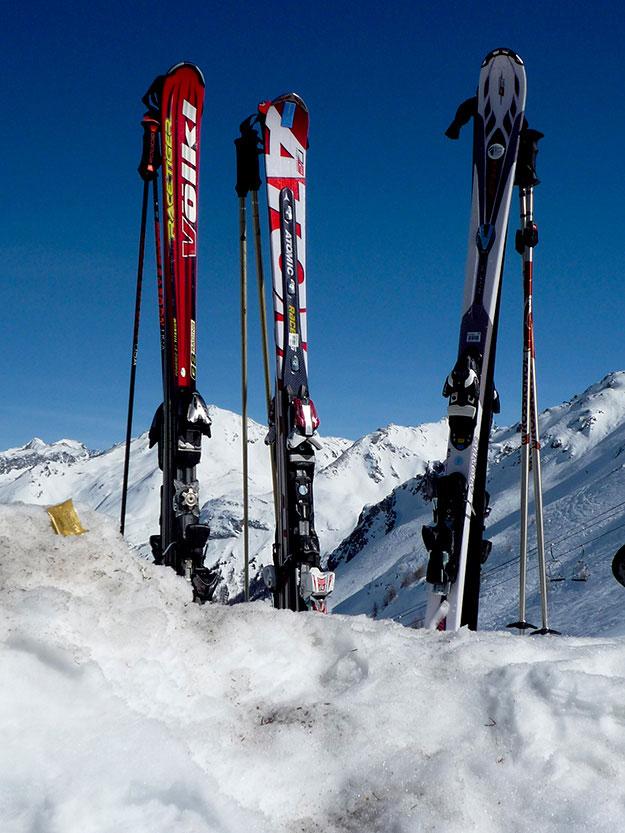 מניחים את המגלשיים בשלג למנוחת צהריים