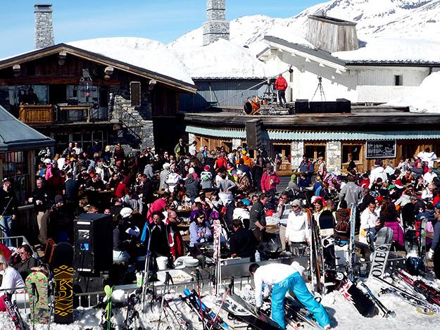 1200 איש נאספו כבר בשעה המוקדמת של הצהריים בפסגה הגבוהה לארוחת צהריים ומסיבת ריקודים, הדי. ג׳י. התמקם על אחד הגגות של המסעדה