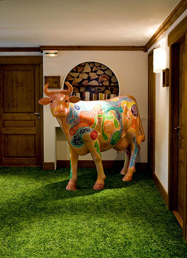 פסל צבעוני של פרה במלון בוטיק צעיר בואל דיזק