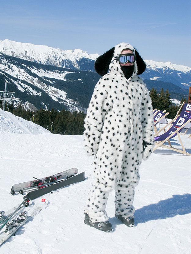 אשה לבושה בחליפת סקי כמו כלב דלמטי