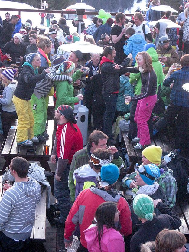 שהאפרה סקי הופך במהרה למה שנראה כמסיבת רייב, עם מאות אנשים צעירים שקופצים ורוקדים כדי להתחמם במתחמי אל פרסקו באוויר הפתוח