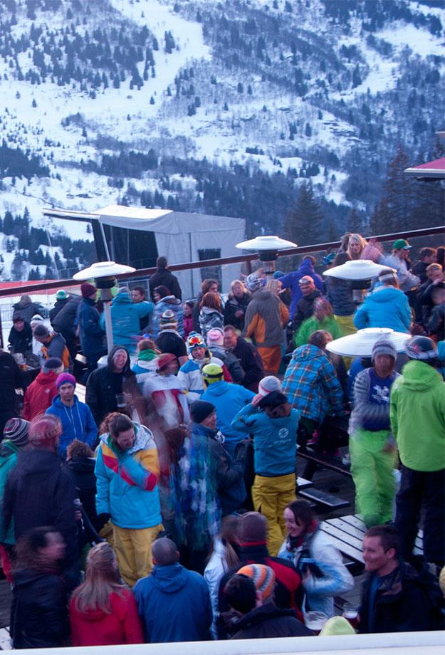 למרות הקור הבירות והאלכוהול מחממים אנשים בחוץ רוקדים לצלילי המוסיקה
