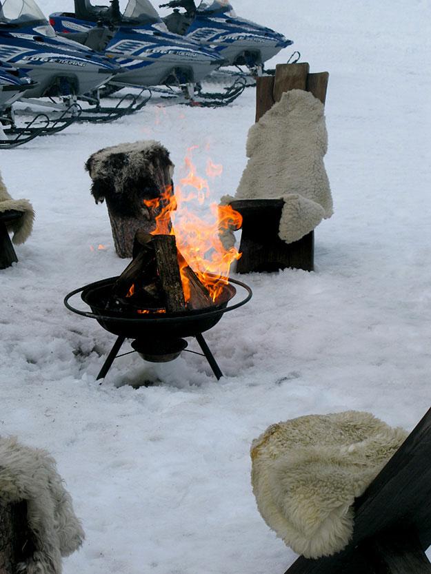 קומזיץ בפסגת ההר, אש מבוארת ומסביב כסאות עץ ושמיכות פרווה