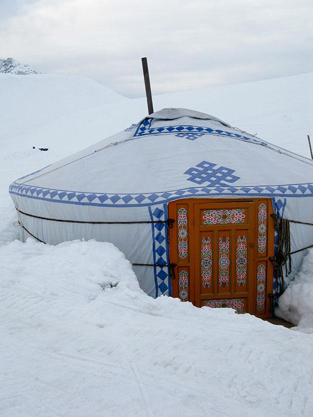 אוהל מונגולי קבור בשלג, בפנים חמים ונעים